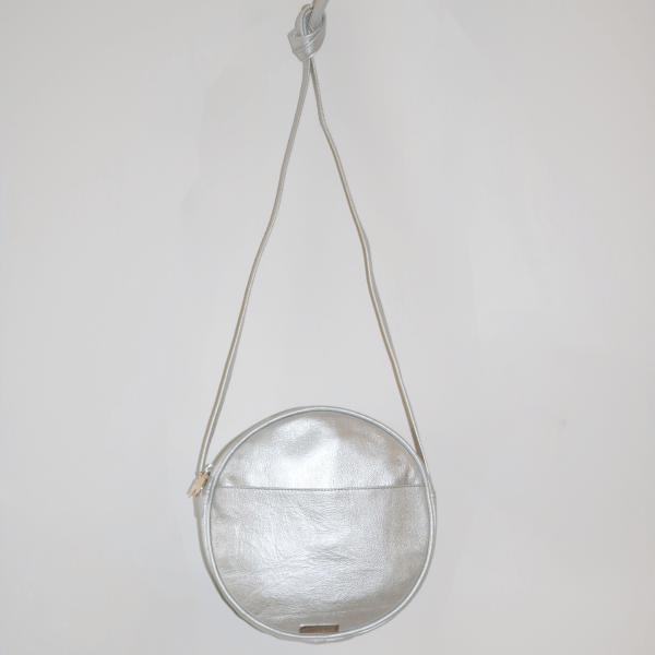 594b9fa0c335 CIRCLE LEATHER HANDBAG IN SILVER (MOON BAG) – Armadillo
